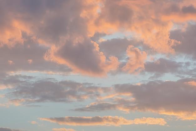 Ciel et nuages colorés crépusculaires