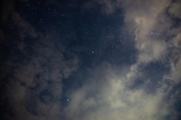 Ciel nuages étoiles la nuit