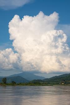 Le ciel a des nuages et le fleuve mékong. ciel bleu et nuage. nuages blancs.