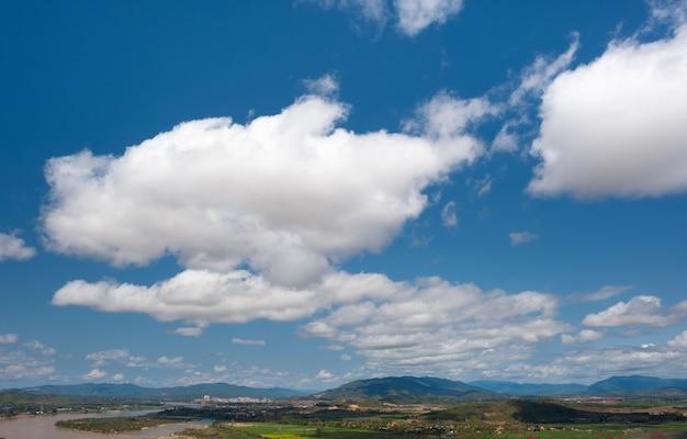 Le ciel a des nuages et le mékong.sky et cloud.nuages blancs.village près de la rivière.border river.river frontière thaïlande et laos. chiang saen, chiang rai.