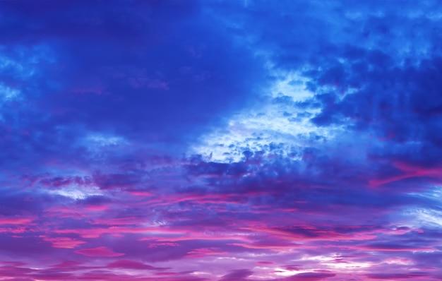 Ciel avec des nuages pourpres au coucher du soleil
