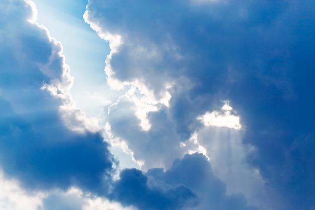 Ciel avec des nuages et des rayons de soleil