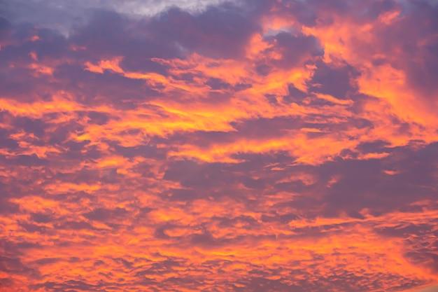 Le ciel et les nuages reflétaient le soleil du matin.