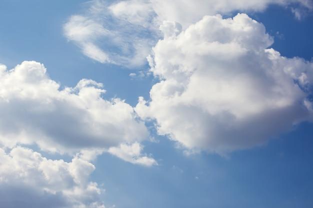Ciel de nuages de soleil pendant le matin de fond pastel bleu blanc