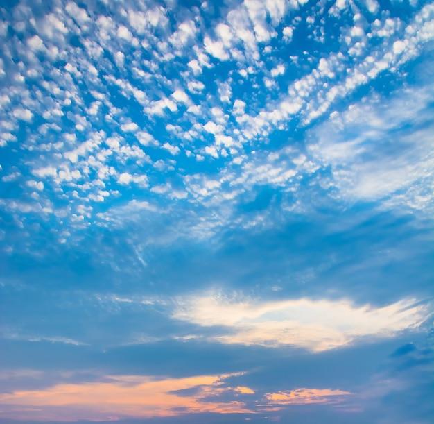 Ciel avec des nuages et le soleil