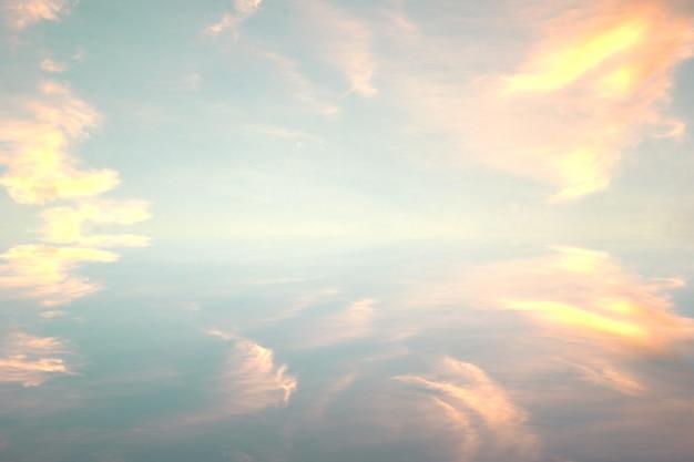 Le ciel et les nuages sont aussi beaux que des peintures.