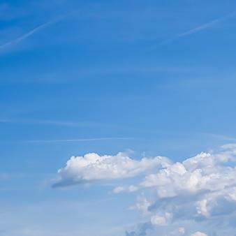 Ciel et nuages surréalistes de rêve comme conception spirituelle de fond de nature abstraite et concept de religion