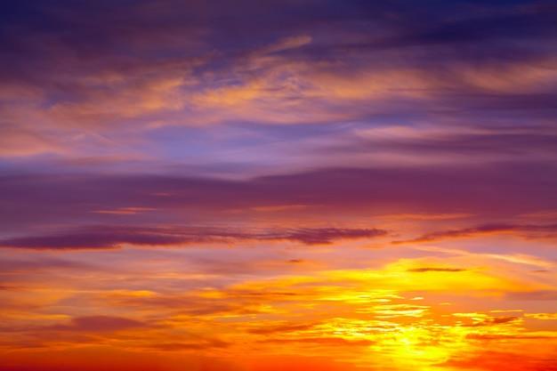Ciel nuageux à l'aube