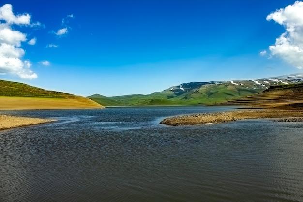 Ciel nuageux et belle vue sur spandaryan resrvoir, arménie