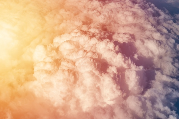 Ciel nuageux bleu sur une journée ensoleillée