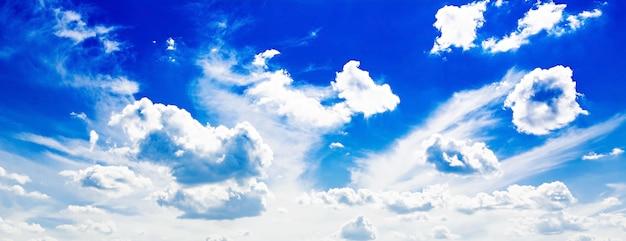 Ciel nuageux bleu.