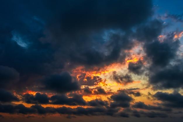 Ciel nuageux coucher de soleil dramatique coloré