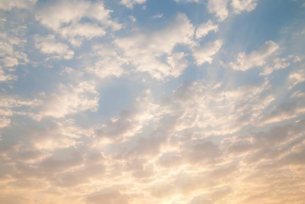 Ciel nuageux dans la matinée
