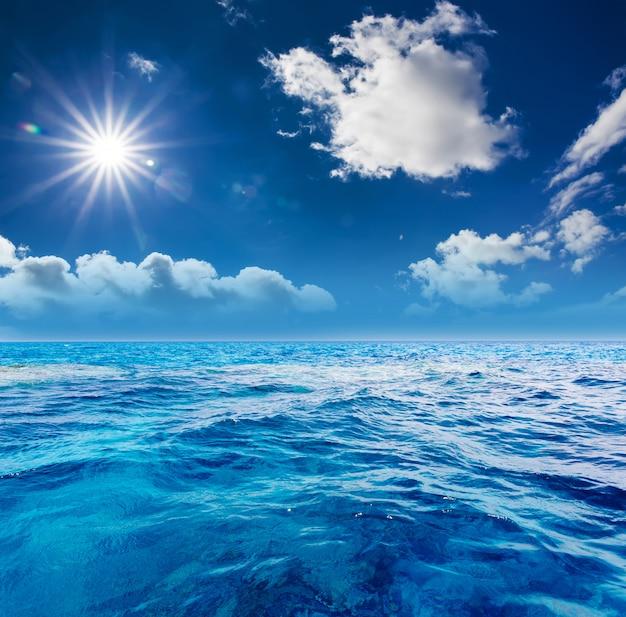 Le ciel nuageux et les eaux de surface parfaits