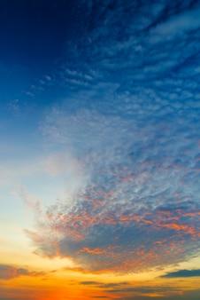 Ciel nuageux et lumière orange du soleil à travers les nuages avant la tempête avec espace copie