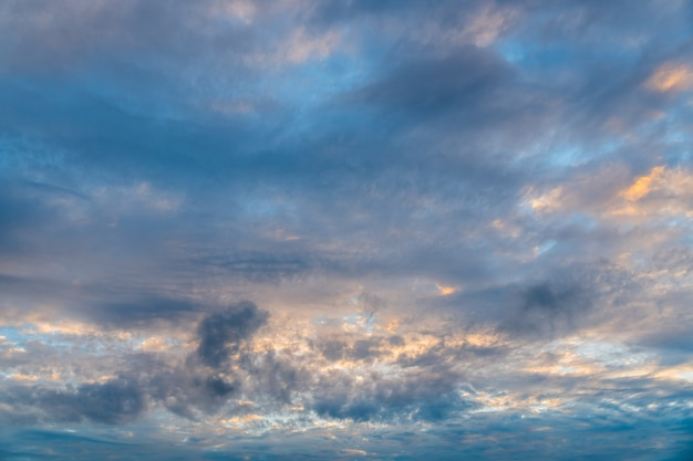 Ciel nuageux, nuages sombres.