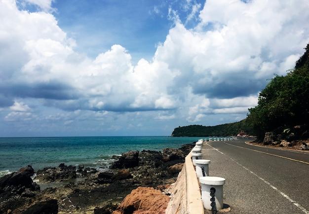 Ciel nuageux océan au bord de la rivière ciel région vallonnée