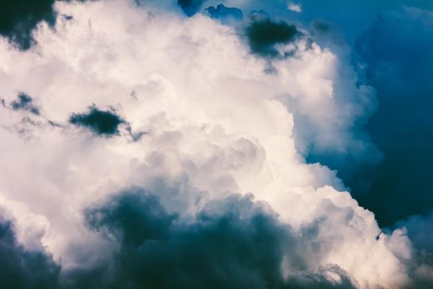 Ciel nuageux orageux un jour d'été ou de printemps
