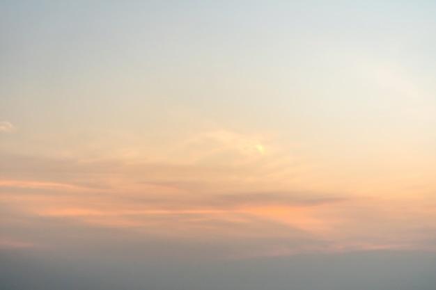 Ciel nuageux orange jaune à l'aube. le lever du soleil du matin.