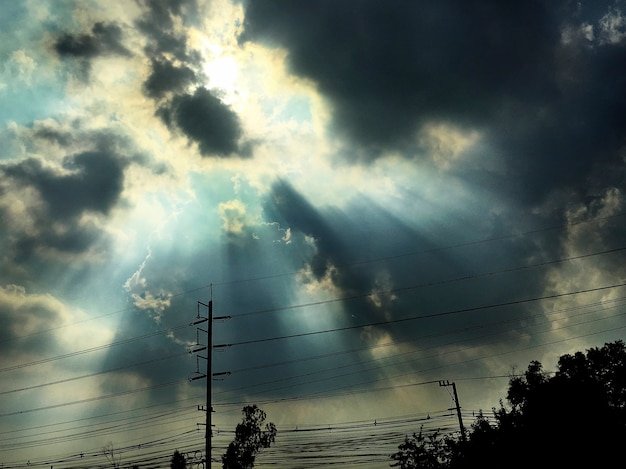 Ciel nuageux avec rayon de soleil