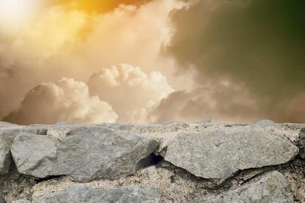 Ciel nuageux de style vintage et fond de mur de pierre