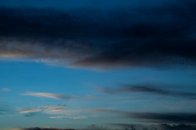 Ciel de nuit avec nuages et étoiles
