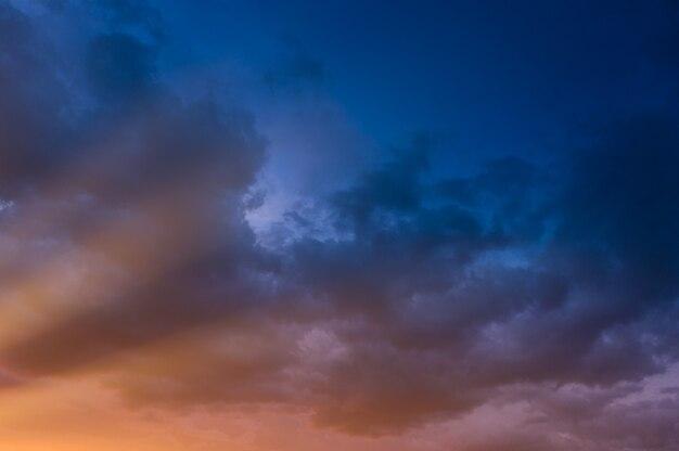 Ciel d'orage dramatique