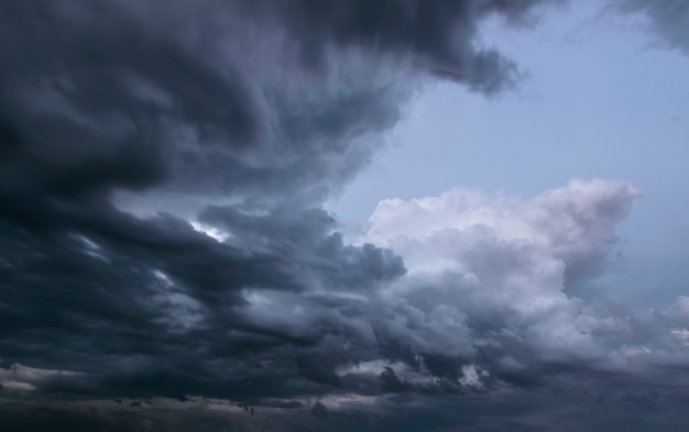 Ciel orageux avec nuages gris avant la pluie. concept de prévisions météorologiques.