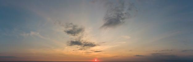 Ciel orange au lever du soleil. beau ciel.