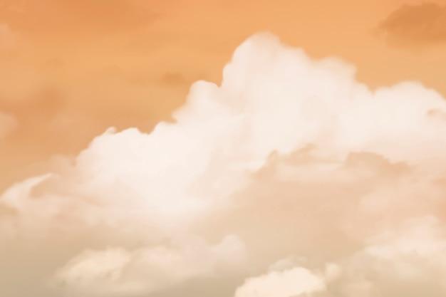 Ciel orange avec fond de nuages