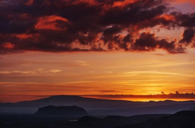 Ciel orange sur les montagnes.