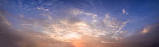 Ciel panoramique et soleil le soir