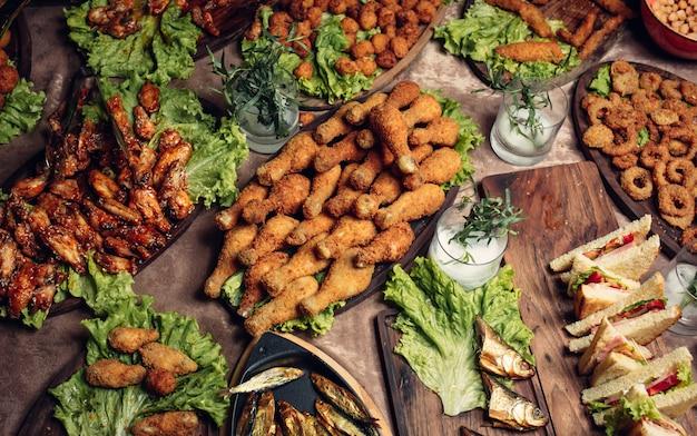 Ciel de pépites avec cuisses de poulet, boulettes de poulet au poulet, rondelles d'oignon, ailes de poulet marinées