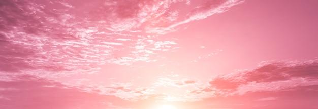 Ciel rose avec des nuages aériens à l'aube.