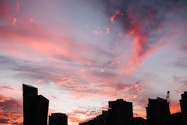 Ciel rouge et ville