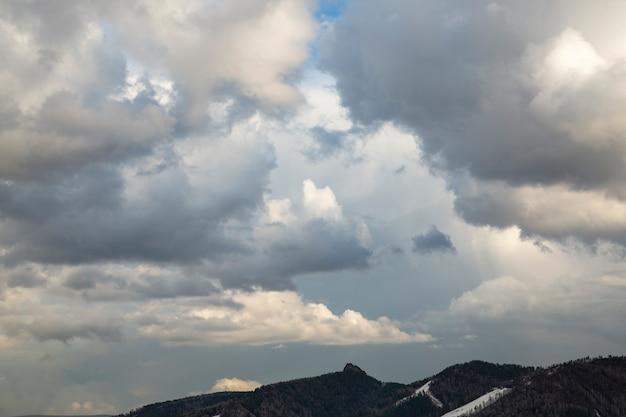 Ciel sombre avec des nuages gris climat de temps pluvieux fond de nuages avec espace de copie