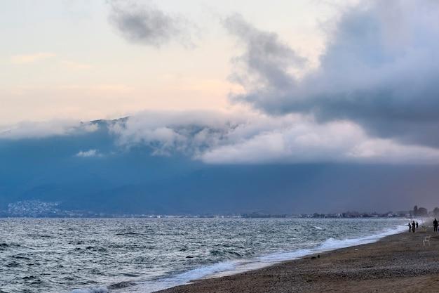 Ciel violet foncé et nuages après la tempête à asprovalta grèce