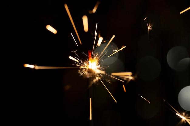 Cierge magique brillant festif dans l'obscurité