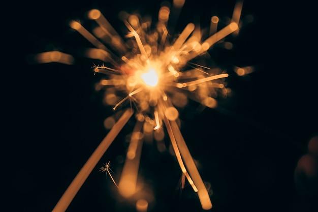 Cierge magique rougeoyant la nuit