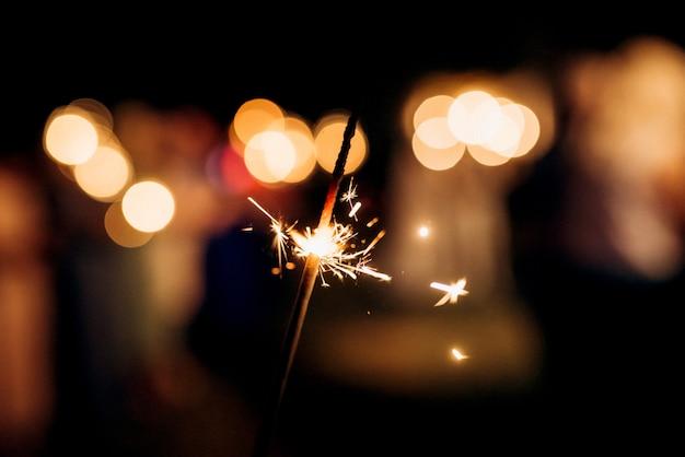 Cierges magiques au mariage, lumière sur le fond...