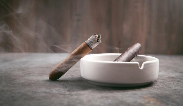Cigare et cendrier sur table