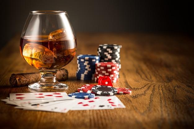 Cigare, chips pour jouer, boire et jouer aux cartes