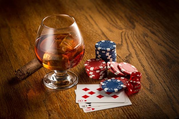 Cigare, chips pour jouer, boisson et cartes à jouer