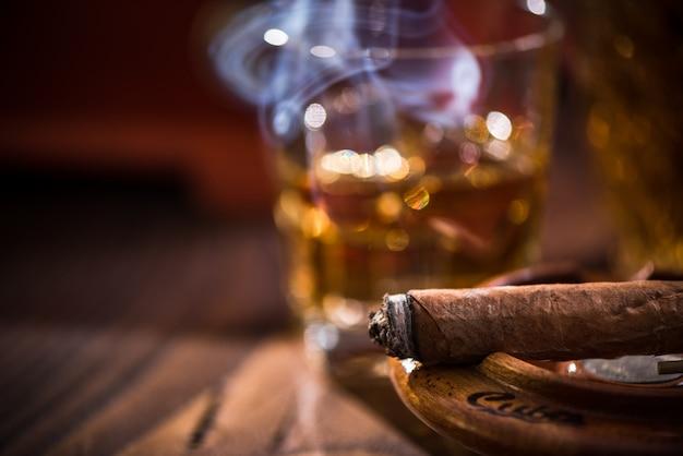 Cigare fumant dans un cendrier vintage