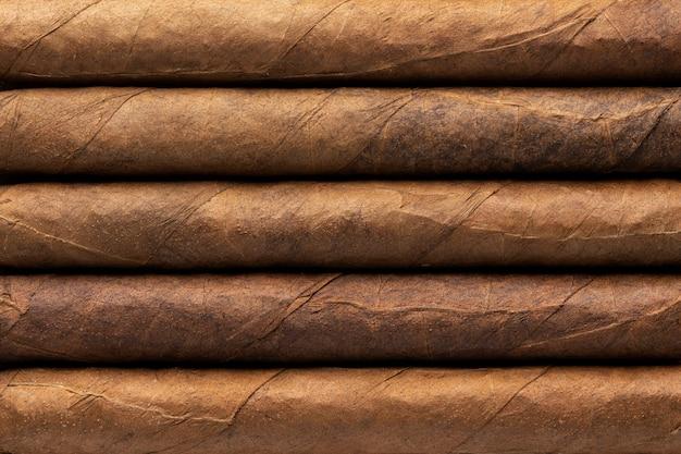 Cigares d'affilée close-up, fond de texture de tuyau brun.