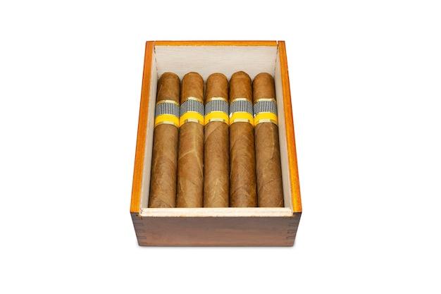 Cigares roulés dans l'humidificateur isolé sur fond blanc. de vrais cigares cubains de qualité supérieure.