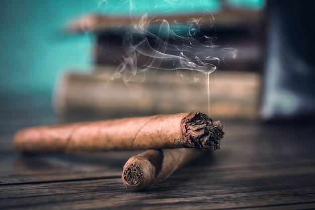 Cigares sur table en bois