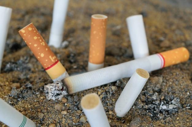 Cigarette, brûler, dans, extérieur, cendrier, à, sable, closeup