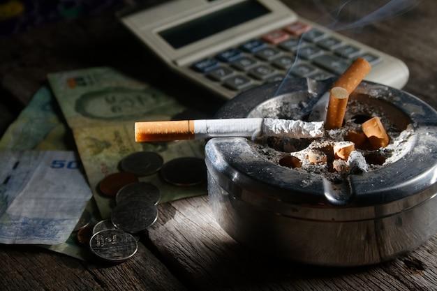 Cigarette et calculatrice avec mone