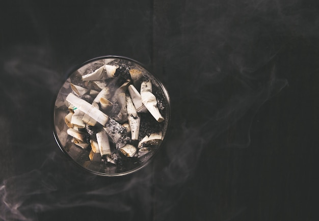 Cigarette avec cendrier sur table en bois. vide prêt pour l'affichage ou le montage de votre produit.